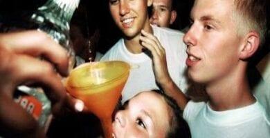 jovenes bebiendo
